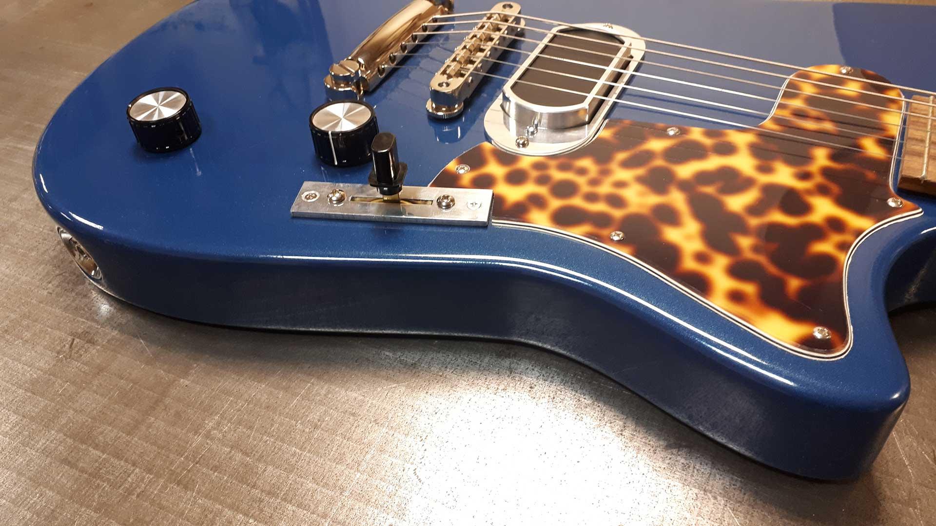 https://www.roadrunnerguitars.com/wp-content/uploads/2020/01/roadrunner-contour-blue-saphir-detail-1.jpg